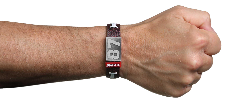 American Football Armband mit Trikotnummer 87 präsentiert am Handgelenk