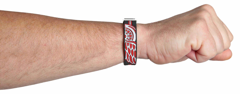 Dylan Larkin Armband an der Hand